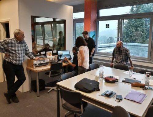 Lehrer bestehen Radioprüfung und Schüler erstellen die ersten Sendungen