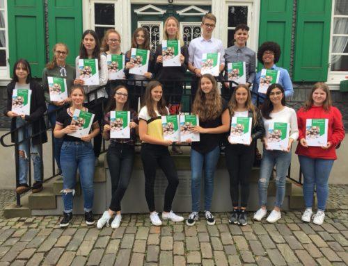 16 Schülerinnen und Schüler bekommen Sozialführerschein überreicht